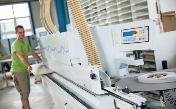 Bekantungen aller Art erlaubt die moderne Kantenanleimmaschine Ott Storm mit Translift. Verwendet wird ausschließlich PUR-Kleber Foto: CNC-Tischler